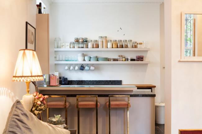 Миниатюрная кухня-студия с открытыми полками