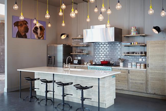 кухня без верхних шкафов: освещение в кухне эклектичного стиля можно оформить в виде множества свисающих с потолка лампочек