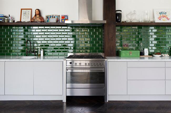 Кухонный фартук из глянцевого кафеля украшает светлую кухню