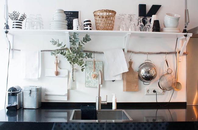 Открытые полки на кухне служат не только местом для хранения посуды, но и средством украшения