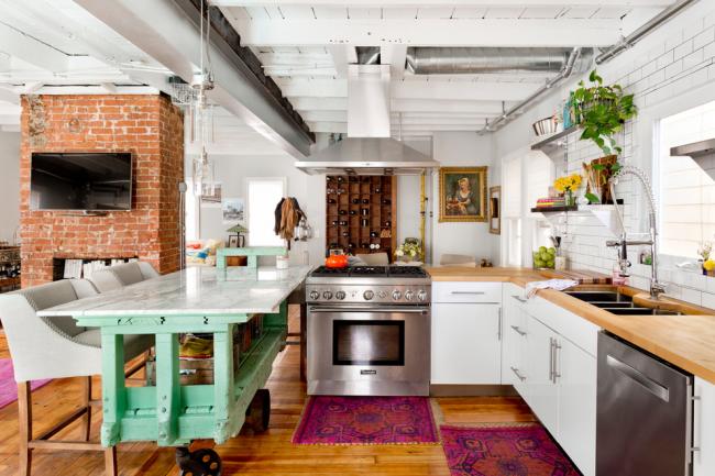 Просторная светлая кухня с яркими элементами декора без верхних шкафов
