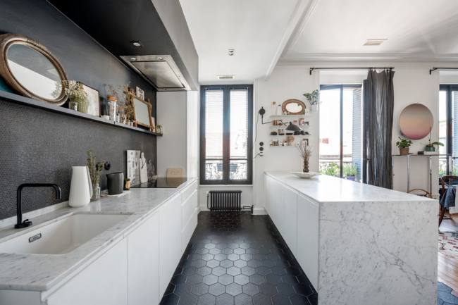 Черно-белая кухня в стиле модерн без верхних шкафов
