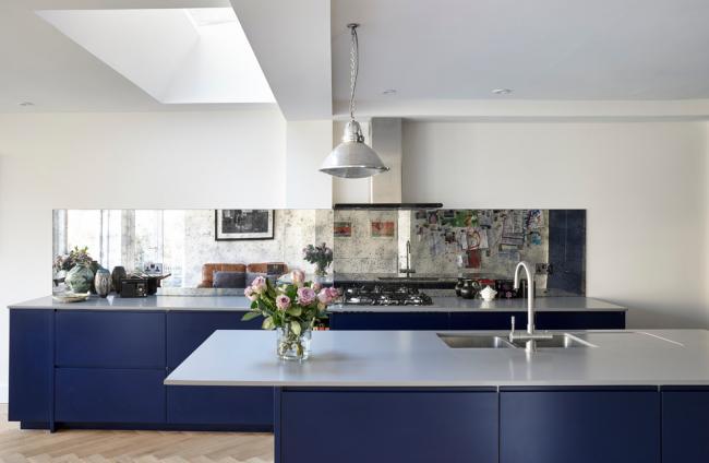 Современная сине-белая кухня с минималистичной мебелью