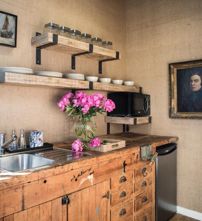 Стильная кухня в стиле кантри украшенная небольшими картинами