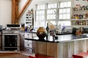 Фото 21 Кухня без верхних шкафов: 75+ функциональных интерьеров для тех, кто устал от кухонной классики
