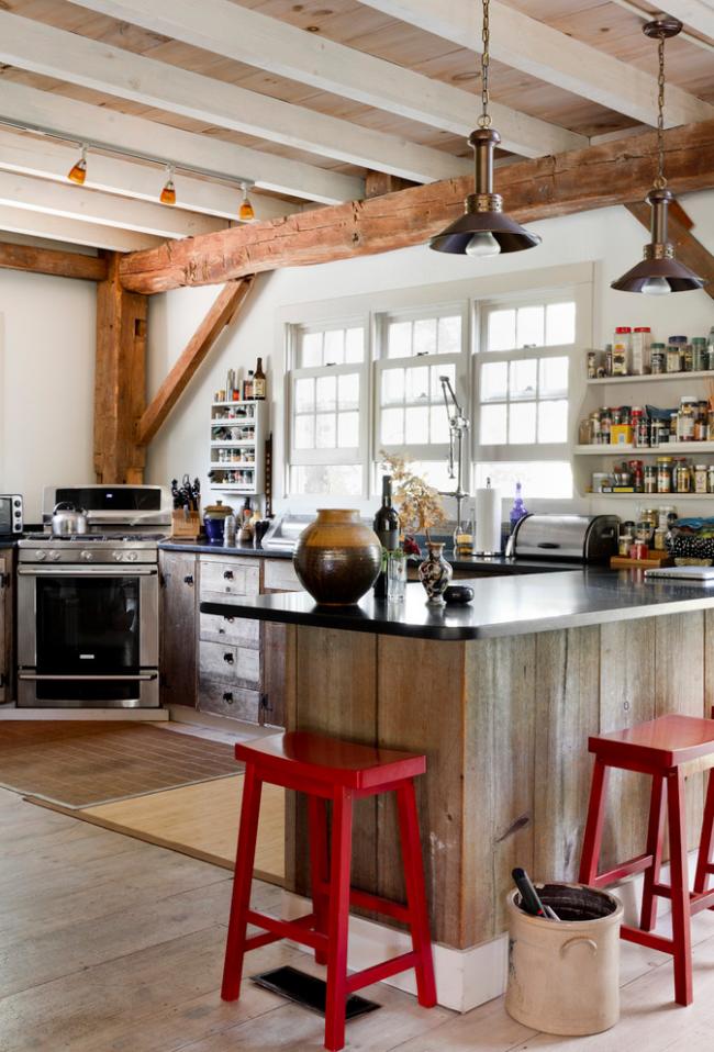 Деревянная кухня в стиле кантри с яркими стульями