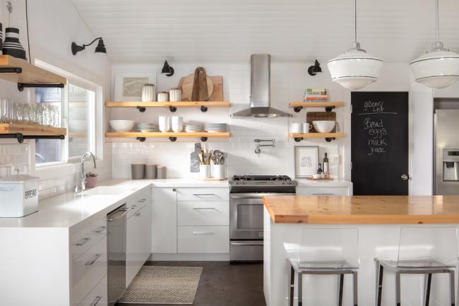 Светлая кухня в стиле эклектик с деревянными открытыми полками