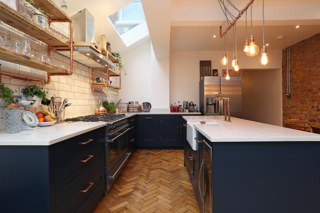 Индустриальный стиль оформления кухни часто бывает без верхних шкафов