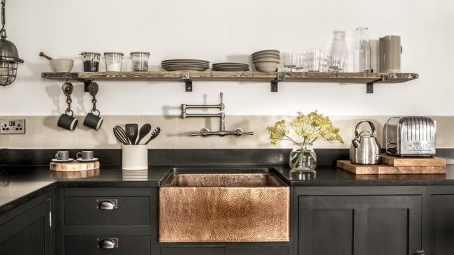 Красивая черная кухонная мебель тоже может быть уютной