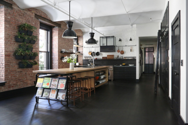 Кухня без верхних шкафов в стиле лофт, украшенная горшками с комнатными растениями