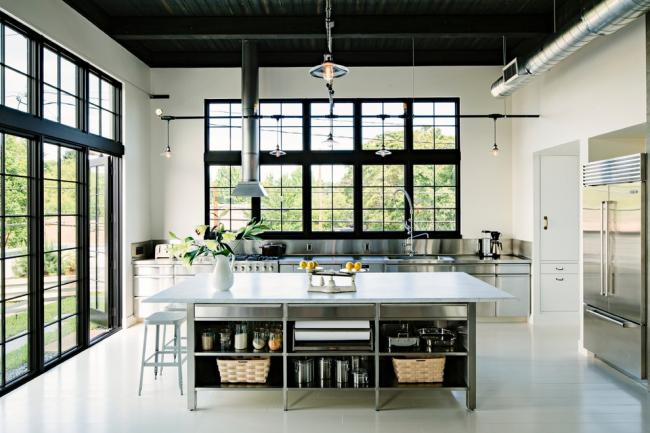 Большая кухня частного дома в стиле лофт с высокими потолками