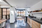 Фото 31 Кухня без верхних шкафов: 75+ функциональных интерьеров для тех, кто устал от кухонной классики
