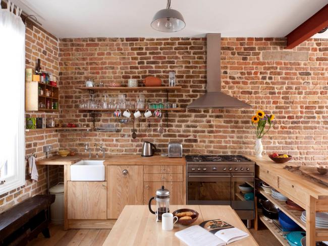 Небольшая кухня с кирпичными стенами без верхних шкафов