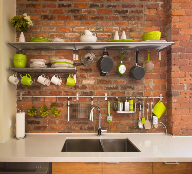 Если у вас симпатичная яркая посуда, она вполне может служить декором кухни и хранится с помощью открытых полок и крючков