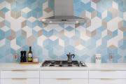 Фото 35 Кухня без верхних шкафов: 75+ функциональных интерьеров для тех, кто устал от кухонной классики