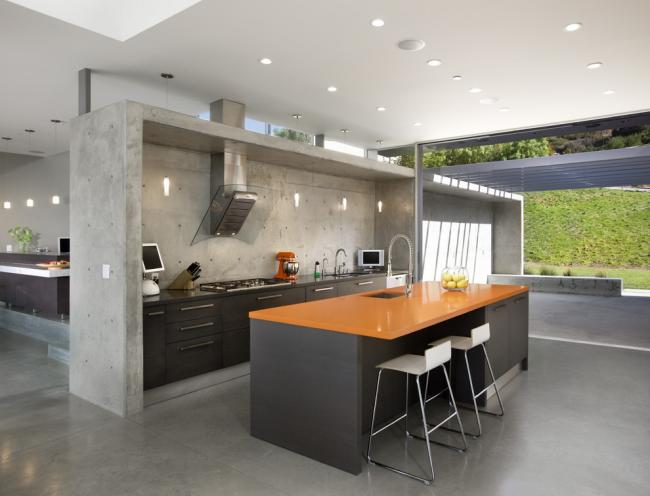 Современная кухня без верхних шкафов выглядит более просторной, но и требует большего количества нижних шкафов
