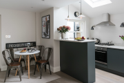 Фото 37 Кухня без верхних шкафов: 75+ функциональных интерьеров для тех, кто устал от кухонной классики