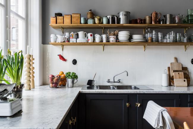 На маленькой кухне местом для хранения посуды и другой кухонной утвари вполне могут стать открытые полки