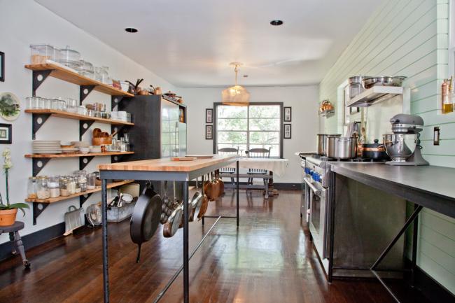 Обилие полок и крючки под кухонным столом заменят громоздкие верхние шкафы