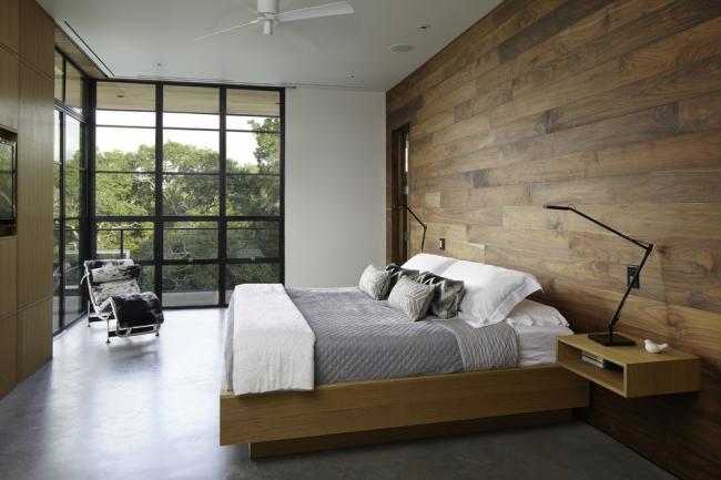 Спальня в стиле модерн с коричневым ламинатом на одной из стен