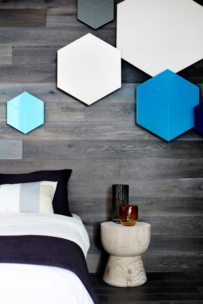 Как правило, ламинатом выделяют лишь одну стену спальни, чаще изголовье кровати