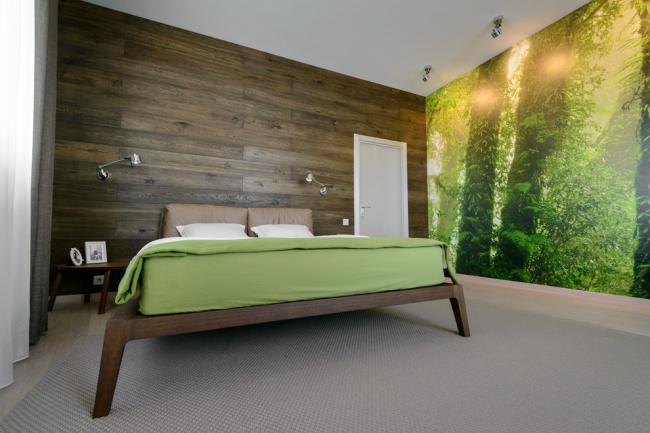 Спальня в эко-стиле с красивым коричневым ламинатом на стене