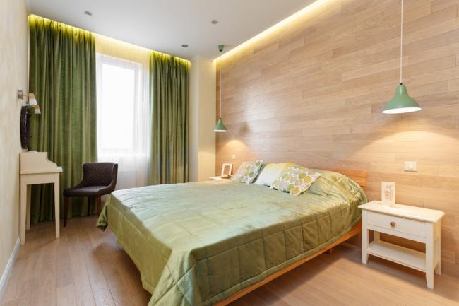 Спальня в стиле эко со светлым ламинатом, оливковыми шторами и покрывалом на кровати