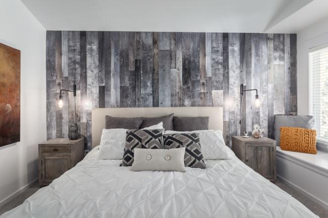 Непривычный серый ламинат в небольшой спальне
