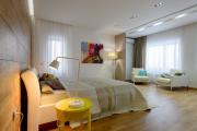 Фото 19 Ламинат на стене в спальне: 80 уютных вариантов отделки для минималистичных интерьеров