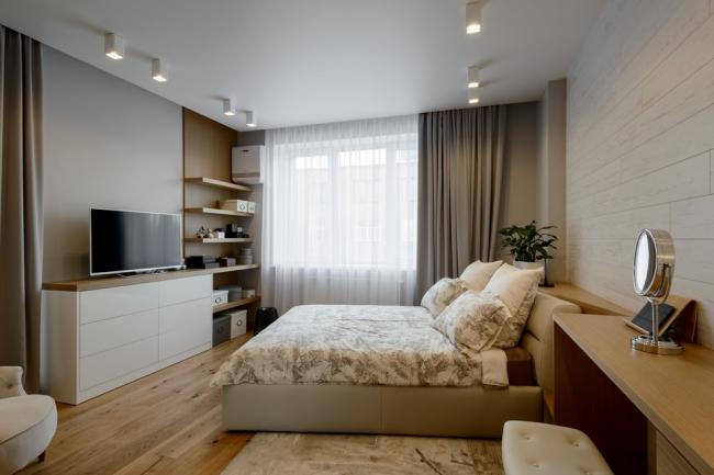 Стильная современная спальня с ламинатом на стене и на полу