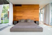 Фото 21 Ламинат на стене в спальне: 80 уютных вариантов отделки для минималистичных интерьеров