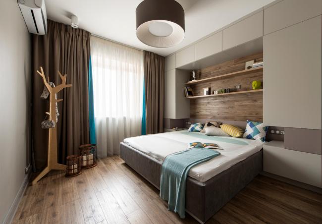 Ламинат на одной из стен спальни в дополнение к ламинату на полу