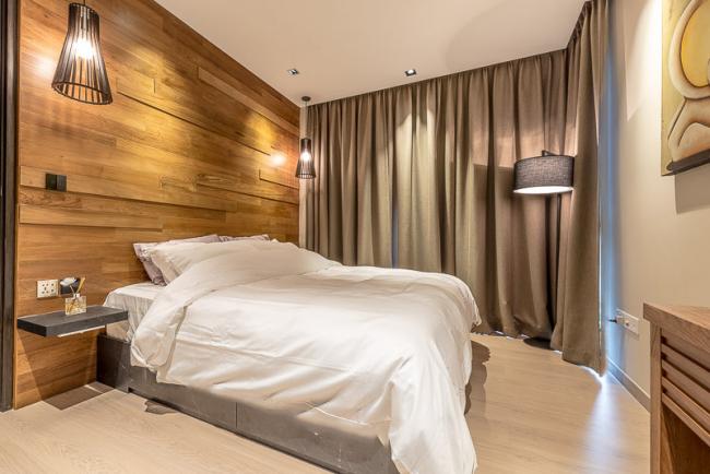 Красивый ламинат на стене украсит любую спальню