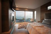 Фото 27 Ламинат на стене в спальне: 80 уютных вариантов отделки для минималистичных интерьеров