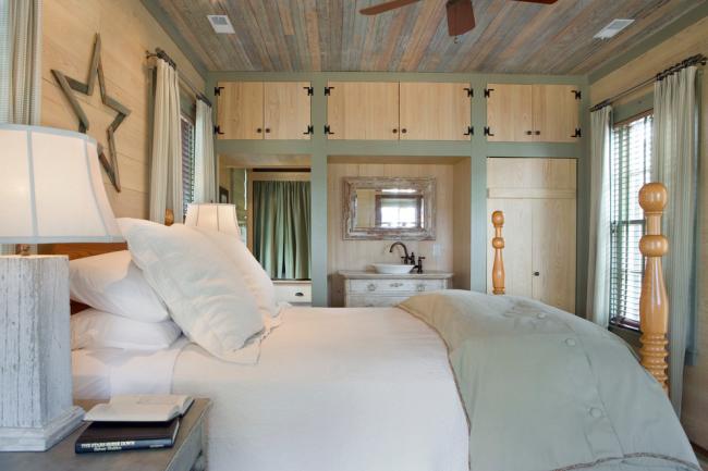 Ламинат на стене в спальне: спальня в стиле кантри со светло-бежевым ламинатом на стенах