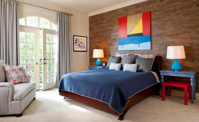 Классическая спальня с ламинатом на стене и яркими аксессуарами