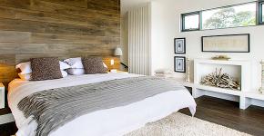 Ламинат на стене в спальне: 80 уютных вариантов отделки для минималистичных интерьеров фото