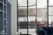 Фото 10 Межкомнатные перегородки из стекла: 80 дизайнерских вариантов зонирования квартиры