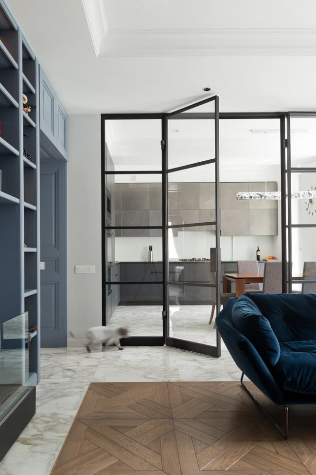 Стационарная межкомнатная перегородка из стекла с распашными стеклянными дверями