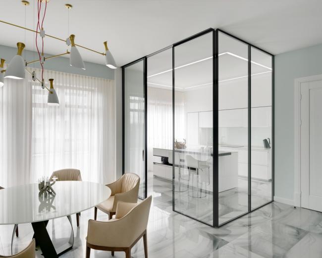 Стильный современный интерьер со стеклянными перегородками между кухней и столовой