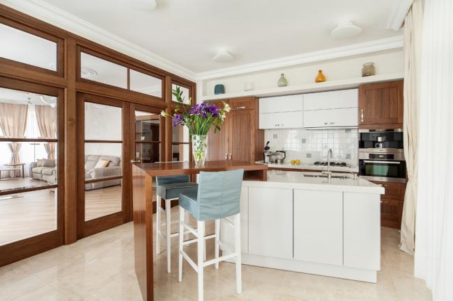 Современная классика со стеклянной перегородкой между кухней и гостиной