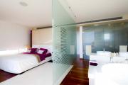 Фото 39 Межкомнатные перегородки из стекла: 80 дизайнерских вариантов зонирования квартиры