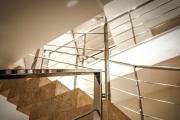 Фото 1 Перила из нержавеющей стали: 80+ универсальных вариантов для современных интерьеров