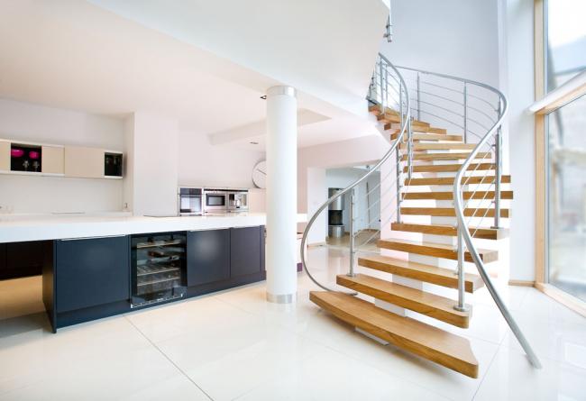 Стильный минималистичный интерьер с красивой лестницей