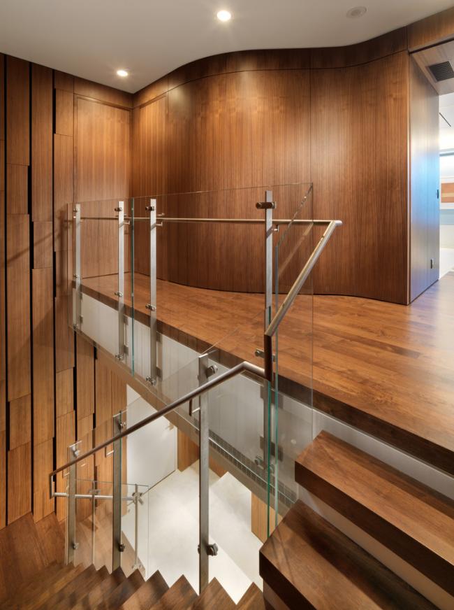 Стильная деревянный интерьер хорошо смотрится со стеклом и перилами из нержавейки