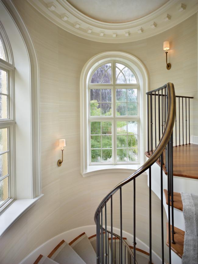 Винтовая лестница со стальными перилами в классическом интерьере