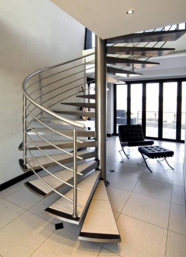 Винтовая лестница с традиционными перилами из нержавеющей стали