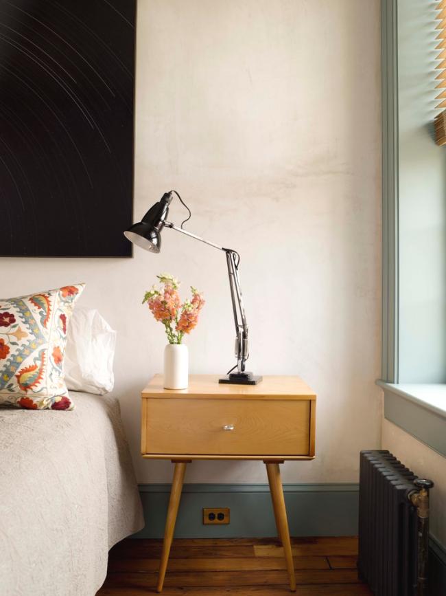 Прекрасное сочетание плинтуса и оконного откоса в интерьере спальни