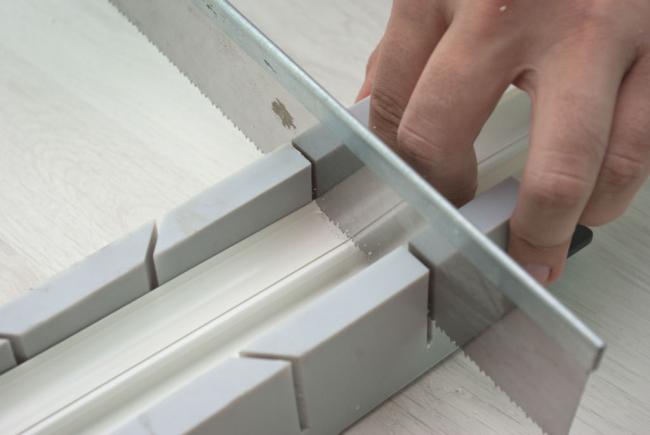 Разрезание пластикового профиля с помощью ножовки