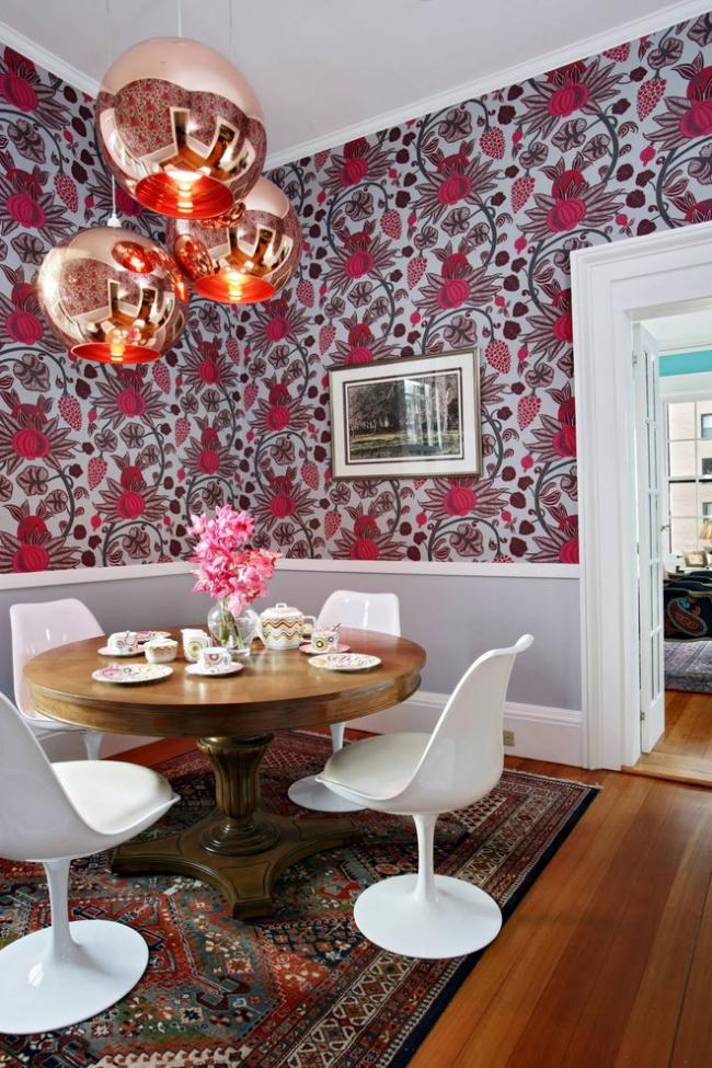 Интерьер гостиной в стиле фьюжн с красивыми люстрами и белым широким плинтусом